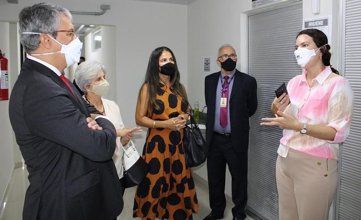 imagem contendo quatro pessoas, sendo dois homens e duas mulheres, todos de máscaras