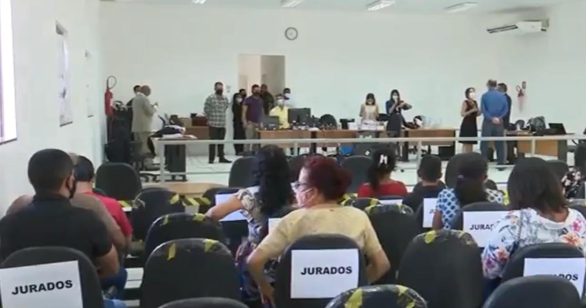 Sala de sessão do Tribunal do Júri, com pessoas trabalhando