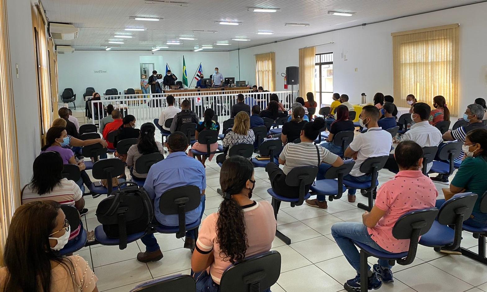Pessoas sentadas em auditório assistem à sessão do Tribunal do Júri