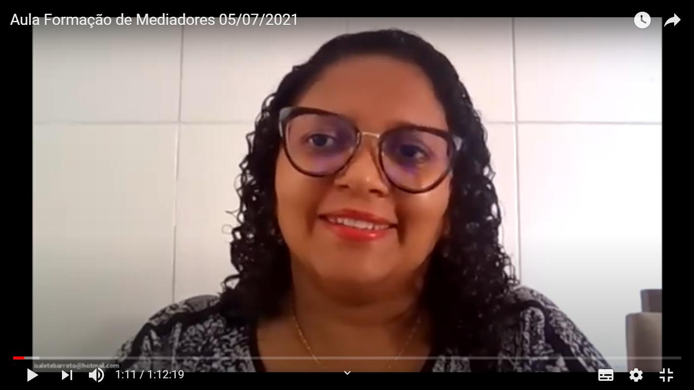 Instrutora Maria Isalete aparece no ambiente virtual da Plataforma EAD ministrando aula aos alunos e alunas, e sorrindo. Está usando óculos. Acima, texto: Curso de Formação de Conciliadores e Mediadores 2021.