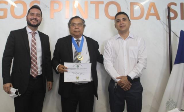 Imagem colorida. Foto da entrega do título honorário de Cidadão Presvarguense ao desembargador Tyrone Silva, durante sessão solene da Câmara Municipal de Presidente Vargas, no dia 23 de julho de 2021.