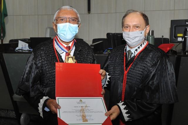 O presidente do TJMA, desembargador Lourival Serejo, entrega Diploma do Mérito Judiciário e a Medalha dos Bons Serviços ao desembargador João Santana